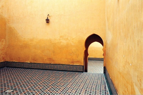geel geverfde muur